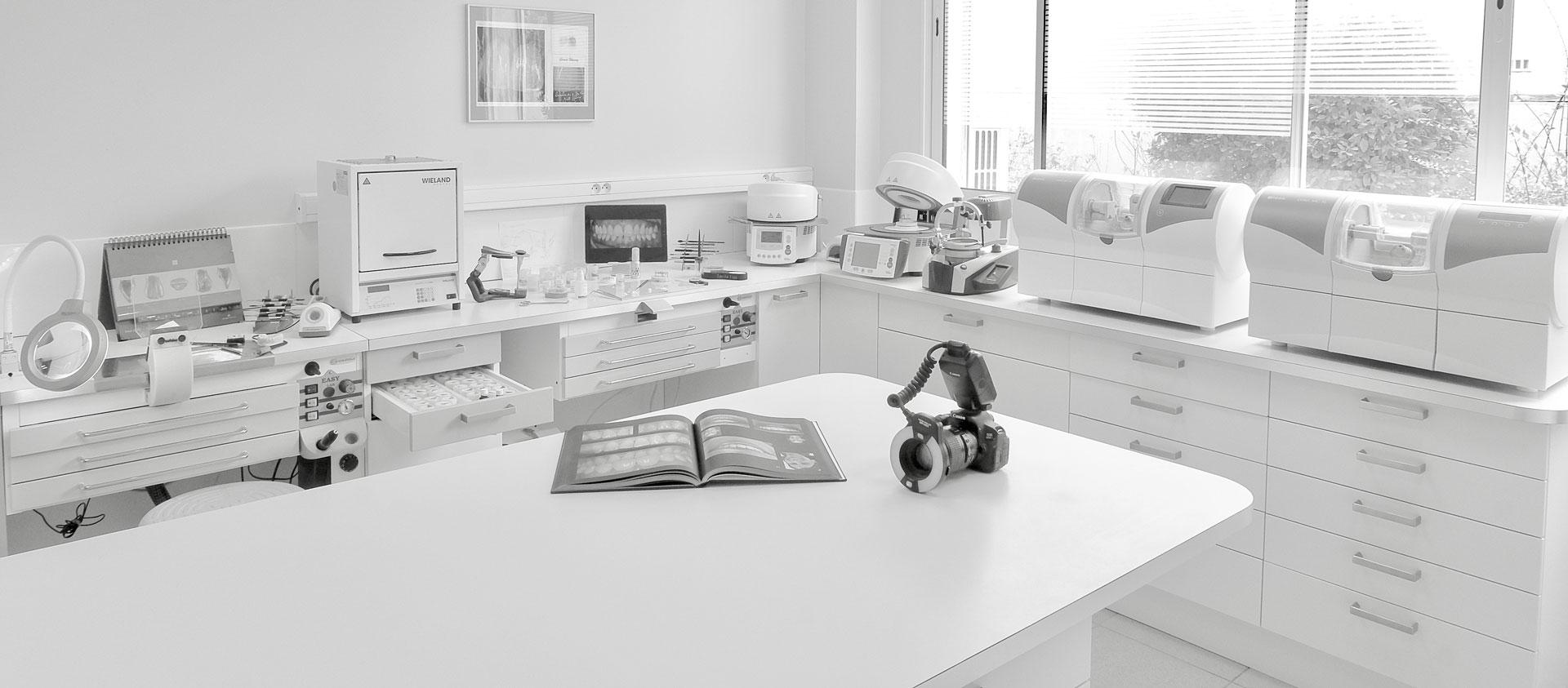 photo-noir-et-blanc-laboratoire-dentaire-espace-dentaire-beziers